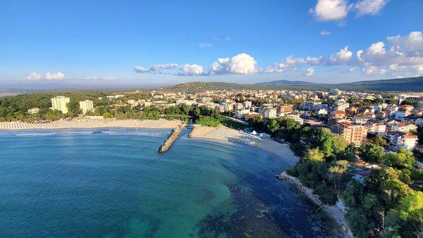 Голям интерес към Приморско и Китен от български и чужди туристи! Българите търсят прекрасните пясъчни плажове , чужденците идват заради подводното гмуркане и морски атракции.